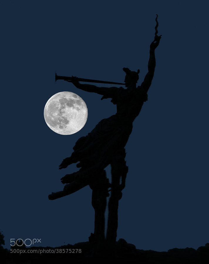 I made the short drive to Gettysburg Battlefield to photograph this month's Super Moon.  Took up position at my favorite monument for photographing the moon rise, the Louisiana State Memorial.  Tripod, body, lens, shutter release ready to go.  Took numerous test shots in order to find the sweetest f.stop and shutter speed.  Then I waited for the full moon to reach the right spot.  Then the crowds came with their cellphone cameras, flashlights, vehicle headlights and Ipads,  You all know the drill.  Well, I missed the shot.  This image is composed of two shots stitched together.  Yes, it is photoshopped but it does accurately represent the event and both images, the moon and the statue were exposed minutes apart, using different lens mounted on the same body.