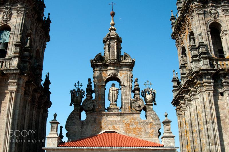 """Camino de Santiago 2012  Monte del Gozo - Santiago  _______________________________  Me levanto tarde y inicio el descenso hacia Santiago, la ciudad estaba cubierta por una niebla baja, tan solo se veían las cúpula de la catedral   al salir todo estaba medio desierto, me invadía una rara sensación, mes y medio después llegaba a Santiago   Mientras descendía llegaban a mi memoria los recuerdos de San Juan P. P. de las dificultades con las que me encontré en la bajada a Ronces-Valles  del albergue y las experiencias vividas con mis compañeros y con los peregrinos durante 15 días, curiosamente todo era muy reciente pero  lo recordaba como algo ya muy lejano   El pisar las primeras calles de Santiago me encontré con una peregrina, que caminaba con dificultad, mas que nada por que la vi muy entrada en kilos  pero impecablemente vestida, caminaba muy lentamente con una mochila que me pareció demasiado pesada.   """" Buenos días """"   """" Buenos días """" por fin ya hemos llegado,   """" si """"   Sentí cierto pudor por decir o preguntar nada mas.   Un peregrino que venia detrás de mi la llamo, con un tono de voz en el que se apreciaba cierta agresividad.   """" Párate ,,,, no querías desayunar ??? ,,,,, mira aquí tenemos una cafetería ,,, entonces sin decir nada la mujer retrocedió sobre sus pasos  en dirección a la cafetería en la que la otra persona se había parado,   Yo me pare a desayunar en un bar cerca ya de la Catedral donde lo hago siempre,,,, Preparan unos churros muy buenos y estaba deseando de llegar  para tomarme el café con leche y los churros.   Entro a la plaza del Obradóiro por la parte que nos conduce al Pórtico de la Gloria y veo un grupo de personas cerca de la puerta del Parador  y una persona que me ve llegar y me reconoce, era una chica Coreana con la que había coincidido en varios Albergues, que deje de ver a partir de Belorado y de la cual me habían dicho que había venido Al Camino aconsejada por un amigo que vive en Inglaterra y que el Camino la estaba defraudando y"""