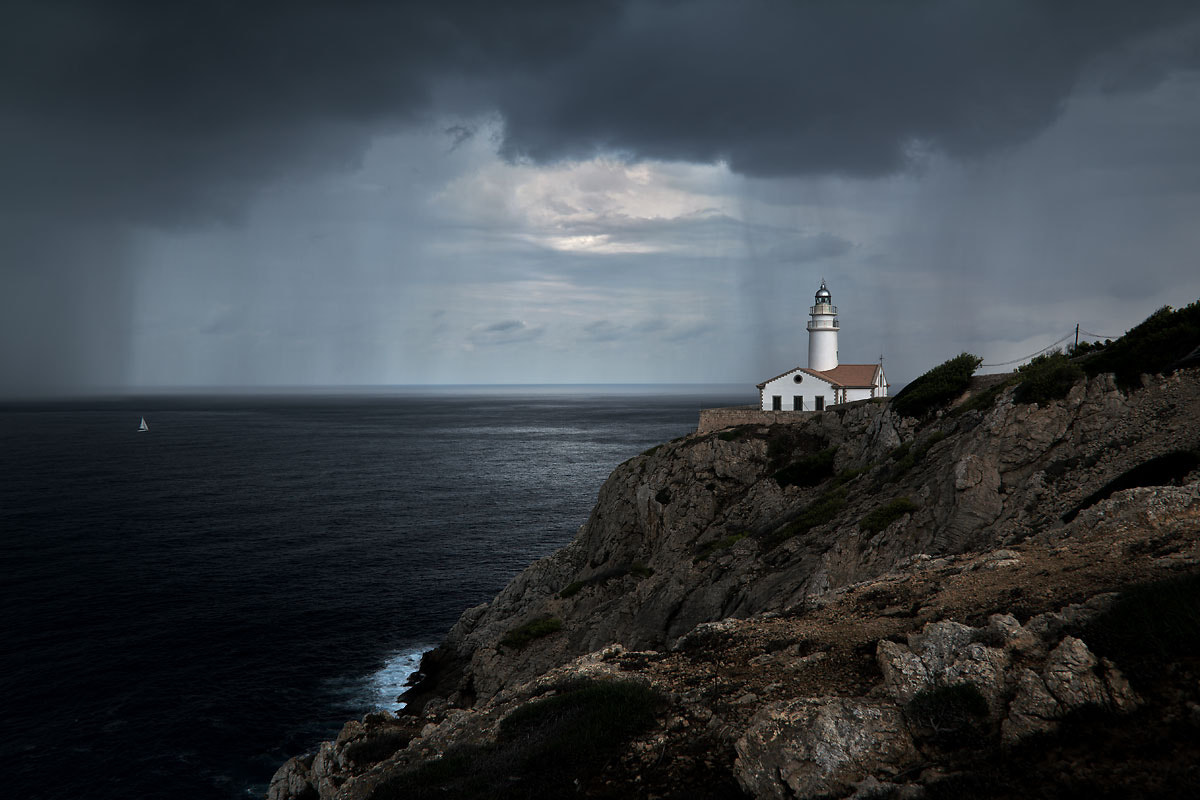 Photograph the well and the lighthouse by desmofhen on 500px