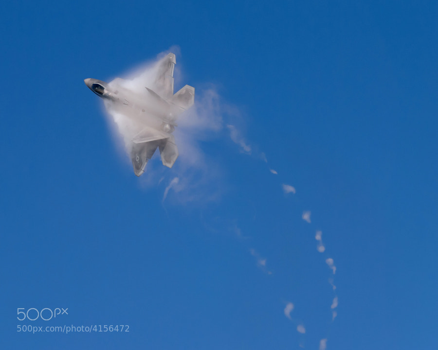 F-22A Raptor flies over Marietta, Georgia leaving a very distinctive vapor trail.