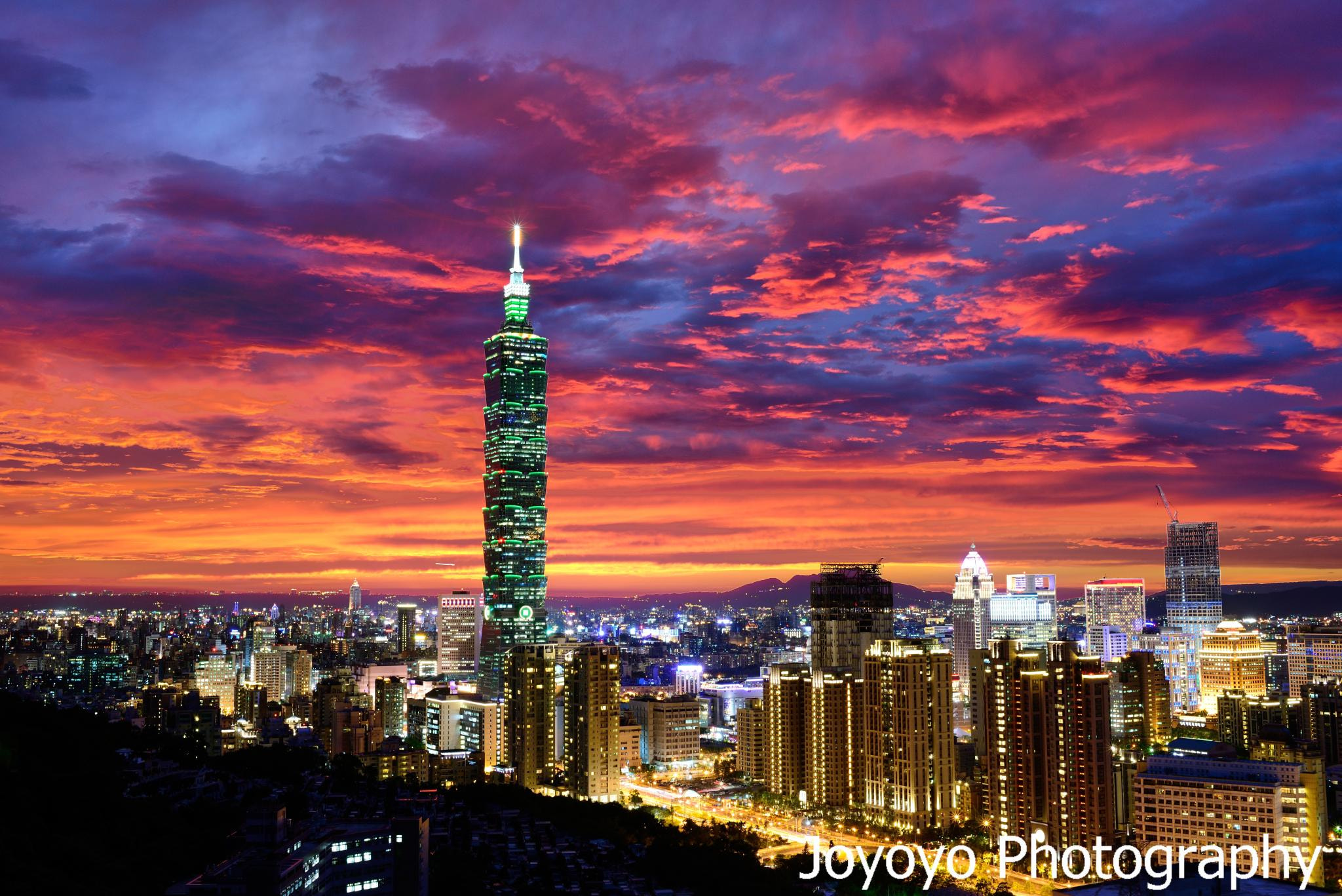 Photograph Red sky and Taipei 101 by Yong-Cyuan Chen on 500px