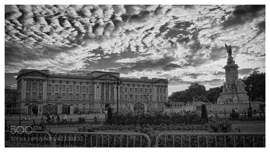 Buckingham Palace at sunset the day after the birth of Prince George of Cambridge.