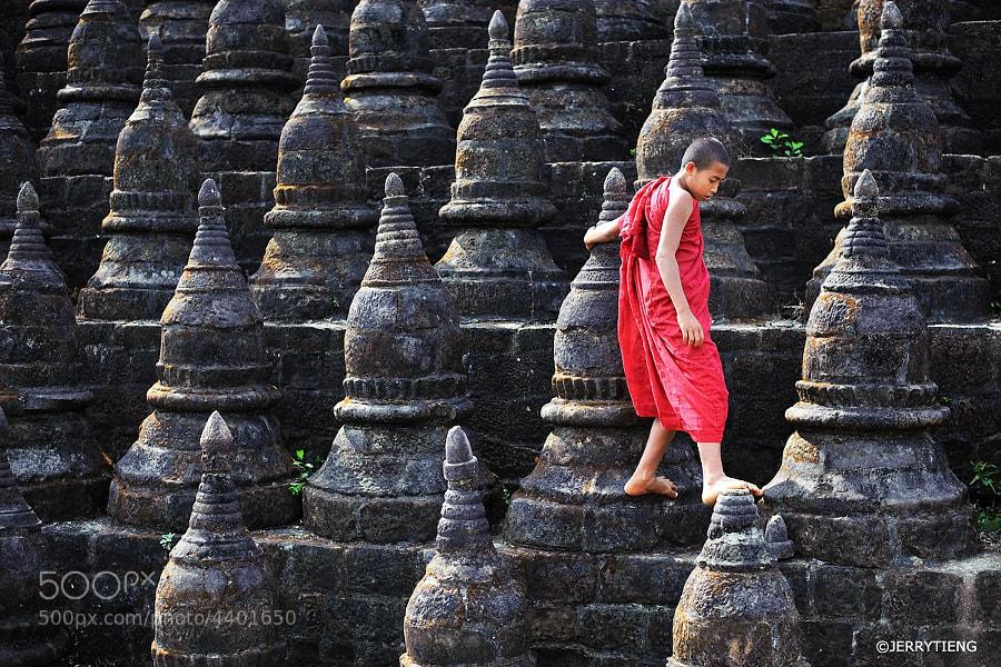 Monk - Mrauk-U, Rakhine, Burma