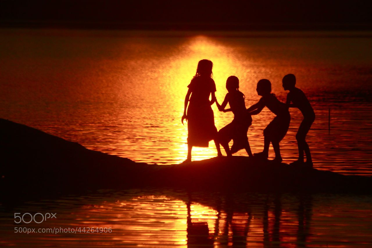 Photograph The warmth of friendship by Simon Bond on 500px