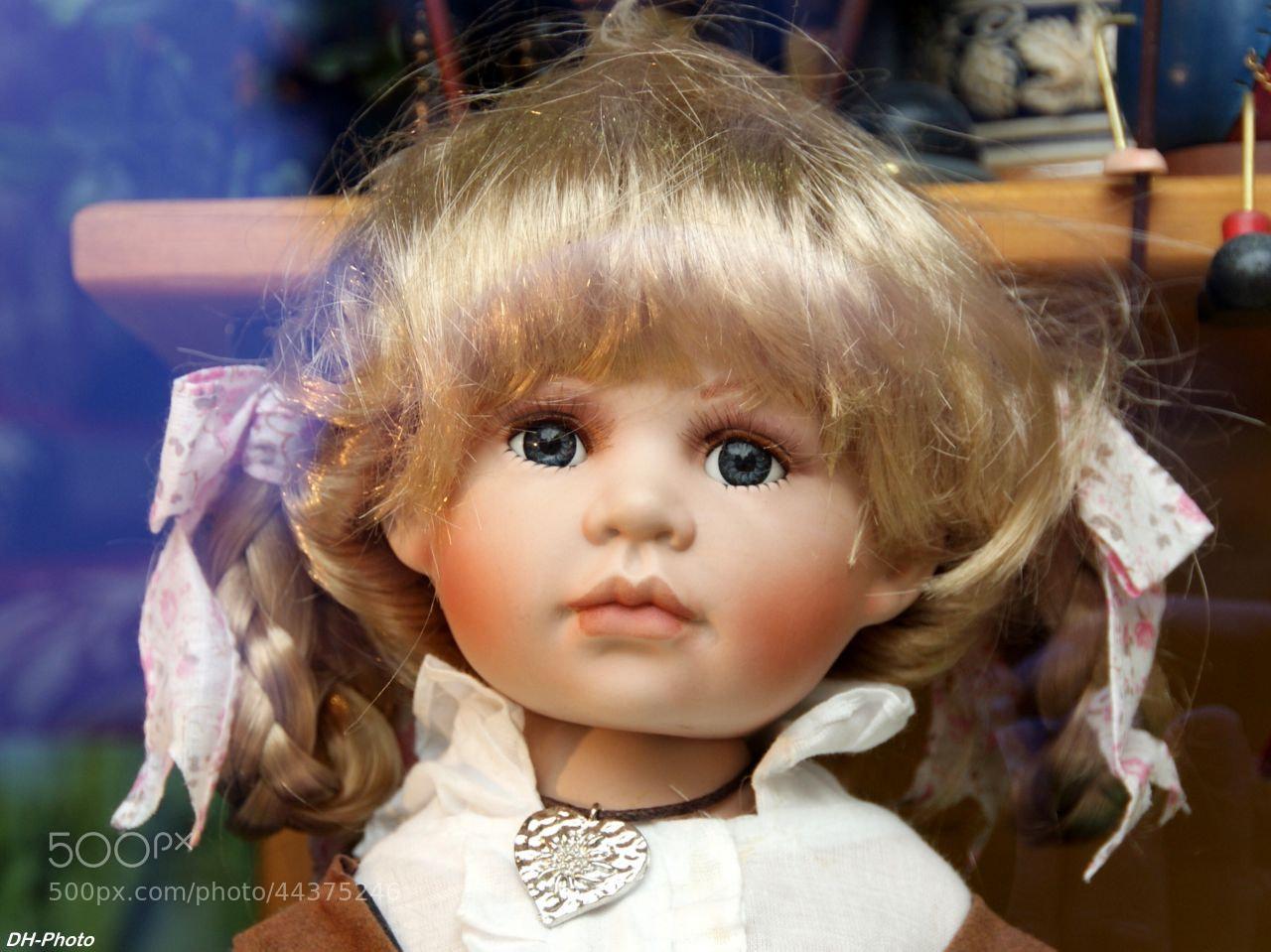 Photograph child's doll in shop windows by Klaus Heinemann on 500px