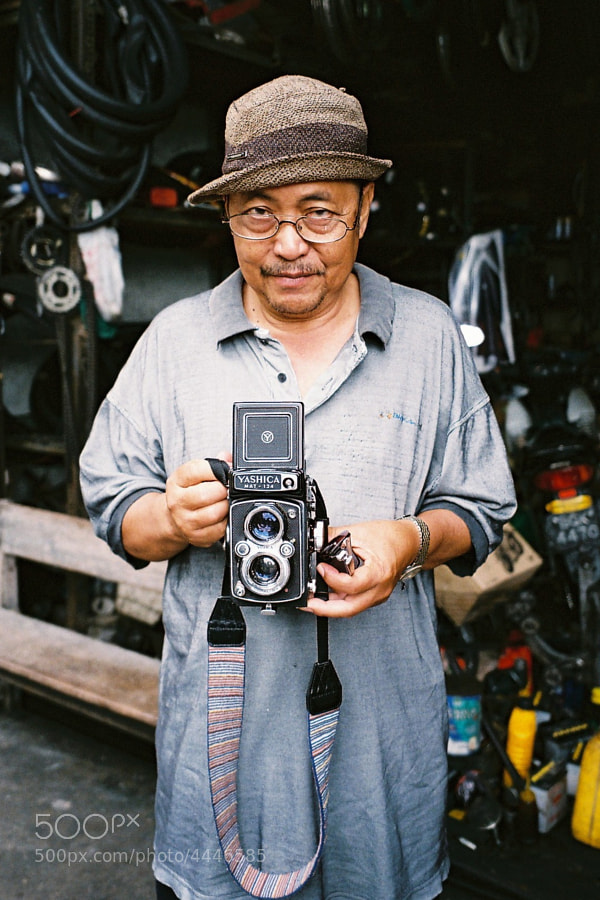 A street guy took a look at my friend's TLR camera. He didn't even know how to hold it. Guess this was the 1st time he has ever seen it. LOL