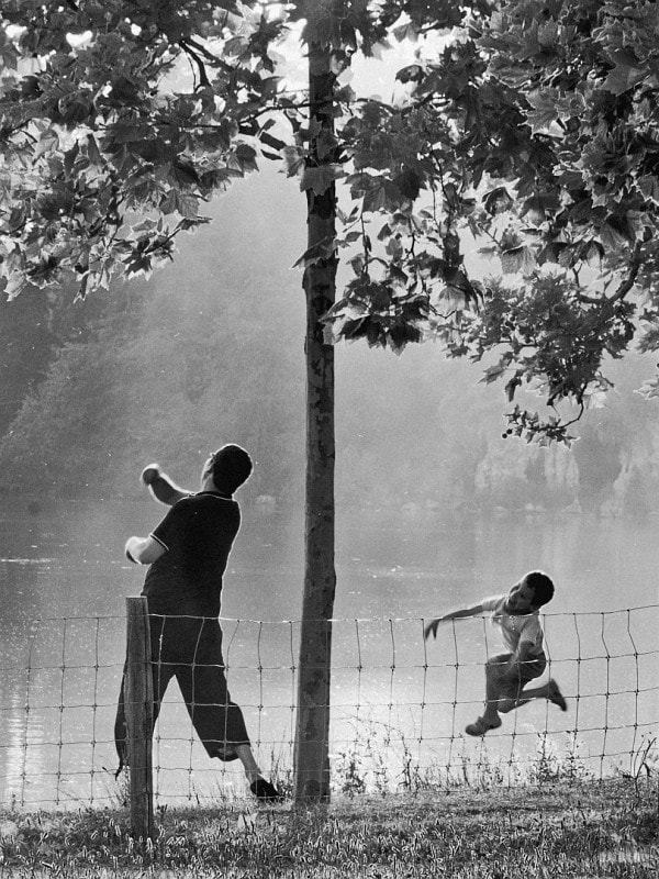 """A father and his son are playing ricochet at the Vincennes wood lake.  <a href=""""https://www.facebook.com/OriotoPhotography"""" rel=""""nofollow"""">Facebook</a>"""
