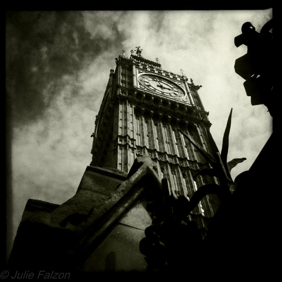 no need to describe where it is really. Nearly broke my neck to get that but it was worth it i think.  I've taken a few pictures of Big Ben before but i think that one is my favourite. I always saw this monument with a lot of drama around it so black and white it is.