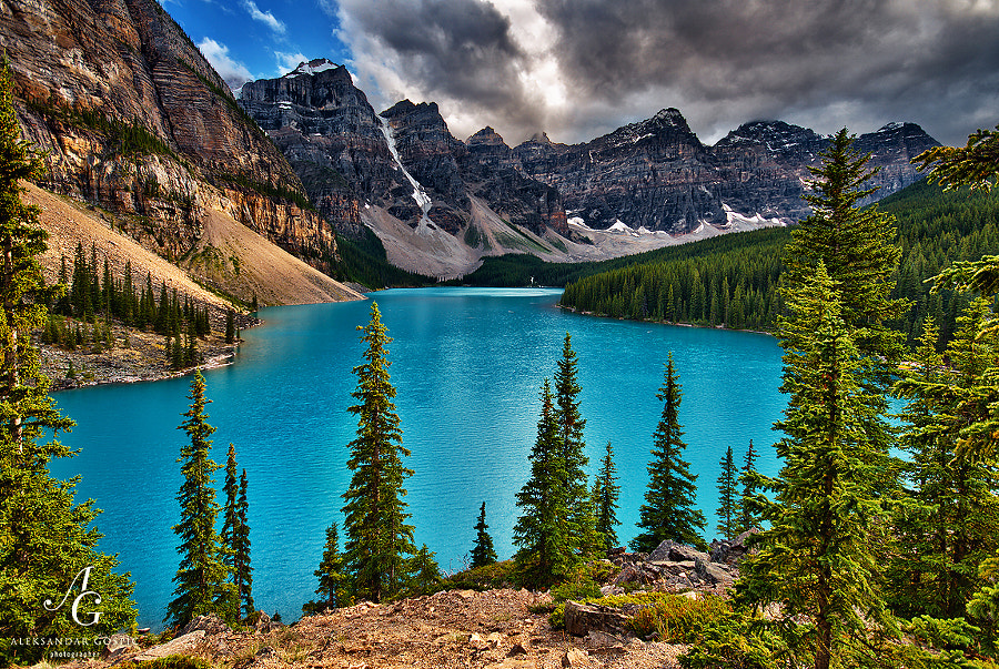 Moraine Lake in the Valley of the Ten Peaks is one of the most photographed lakes in the world. Well, who can resist the magic of this special place in Canadian Rockies and its turquoise colours.