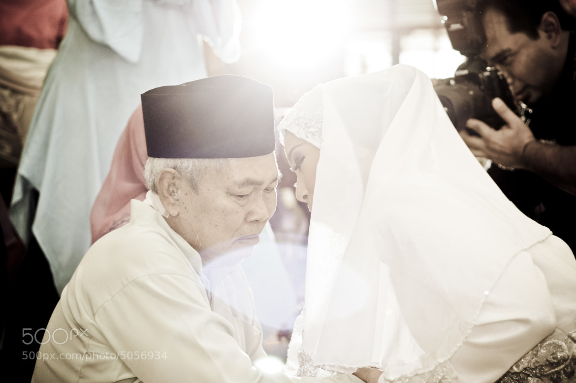 Photograph Syed + Balkis : The Solemnization - Bride & her father by Ashraf Rafdzi on 500px