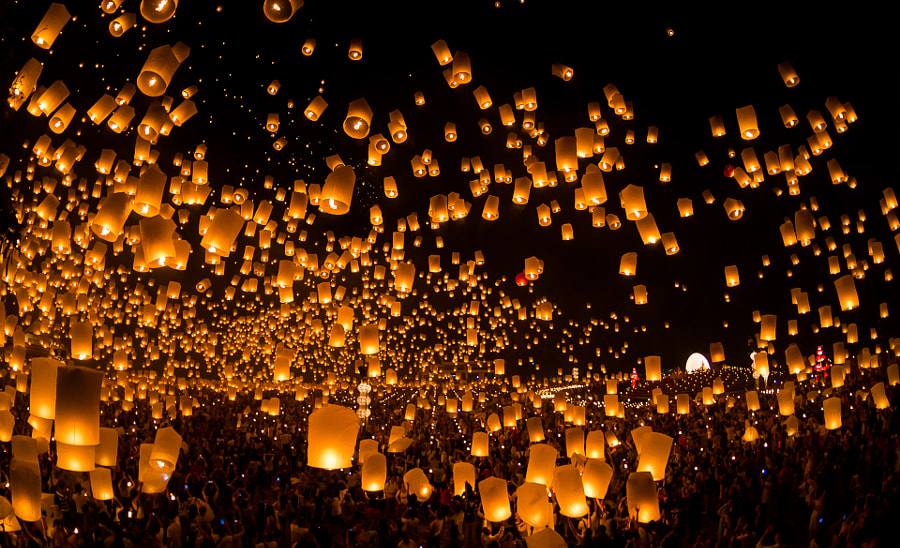 launching sky lanterns by Tassapon Vongkittipong on 500px.com
