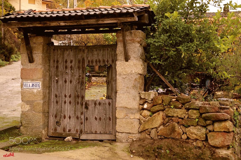 Photograph Puerta rústica de castaño by Eduardo Latorre on 500px