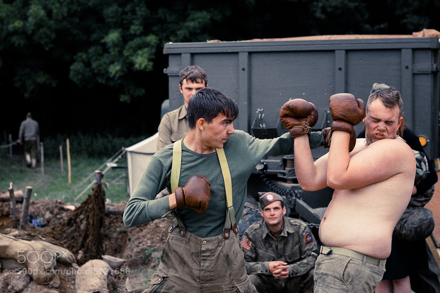US Soldiers have a boxing match whilst on R&R