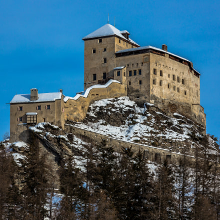 Tarasp castel in winter