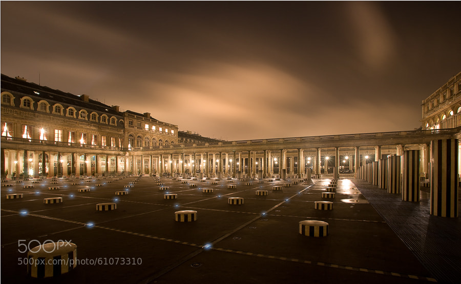 Photograph Palais Royal et colonnes de Buren la nuit by Daniel Barrois on 500px