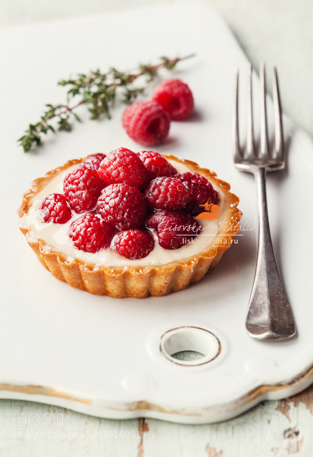 Tartlet with fresh raspberries and fork