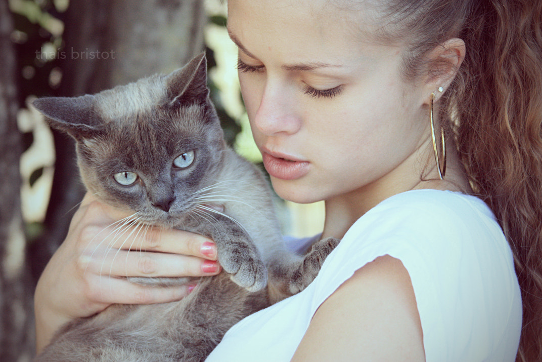 Photograph the girl and her cat by Thaís Bristot on 500px