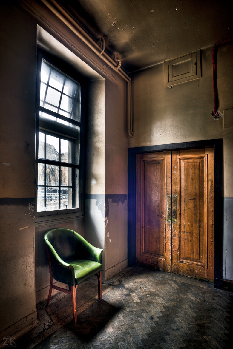 Photograph A Chesterfield in an alcove of the Back Staircase of the GUU by Zain Kapasi on 500px