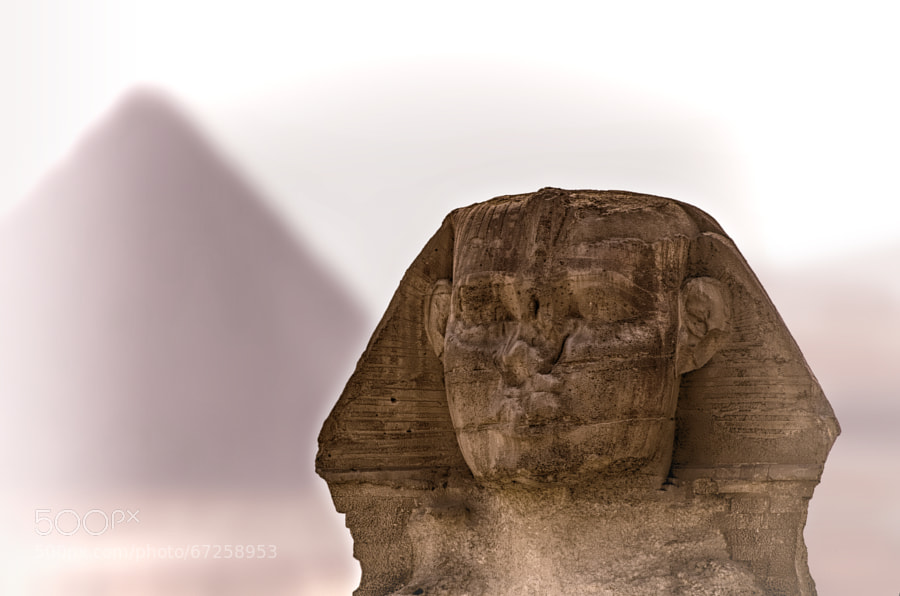 SPHINX Closep with the middle pyramid vague in the background