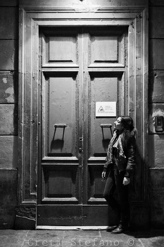 Photograph back door woman by Stefano Cretì on 500px