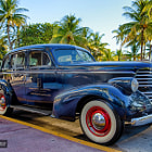 Постер, плакат: Vintage Oldsmobile on Ocean Drive Miami Beach