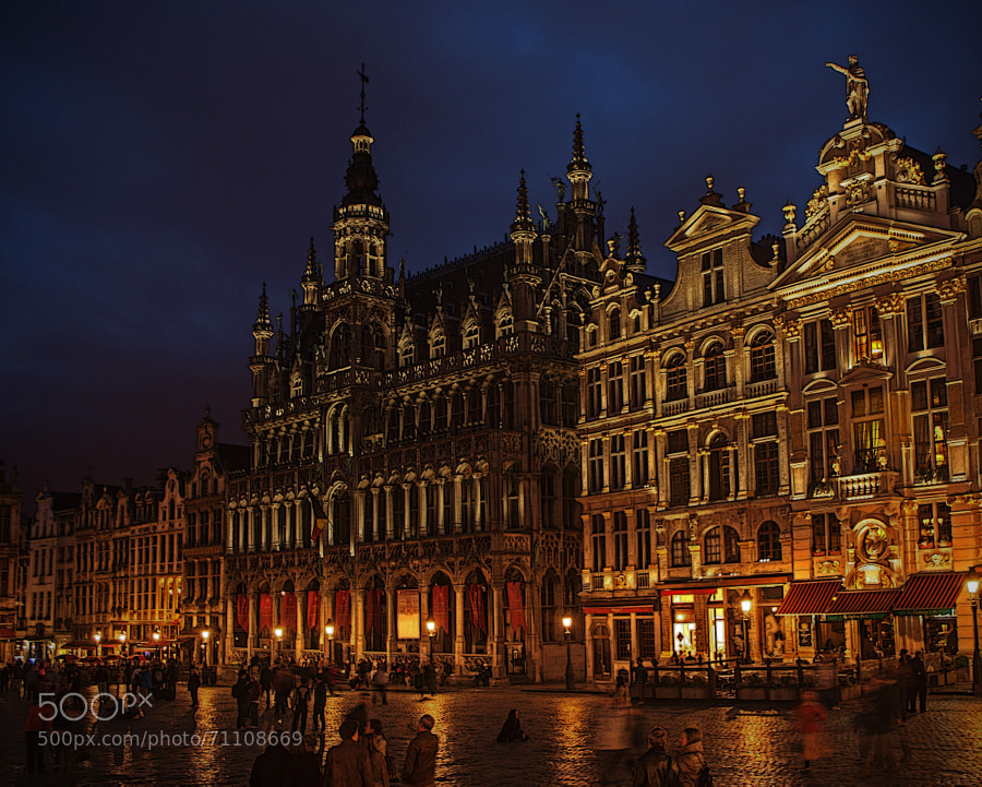 One from our earlier trip to Brussels.  Just like the ambience in this beautiful square. Dark surround job :))