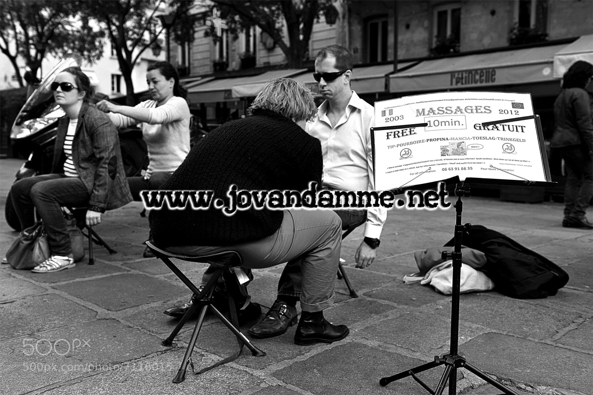 Photograph PARIS : DES MASSAGES DANS LA RUE ! by JO VANDAMME on 500px