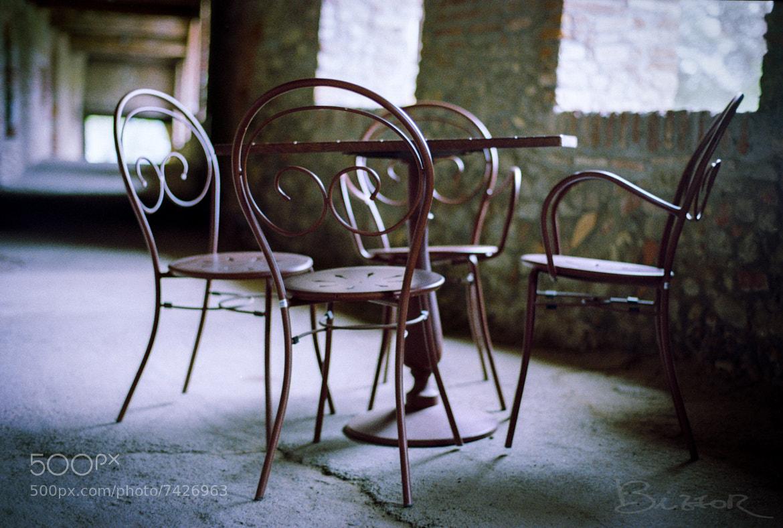 Photograph Cosa c'è di più triste di una sedia vuota? quattro sedie vuote by Rick bizzor on 500px