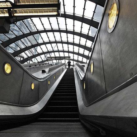 L'homme en haut de l'escalator