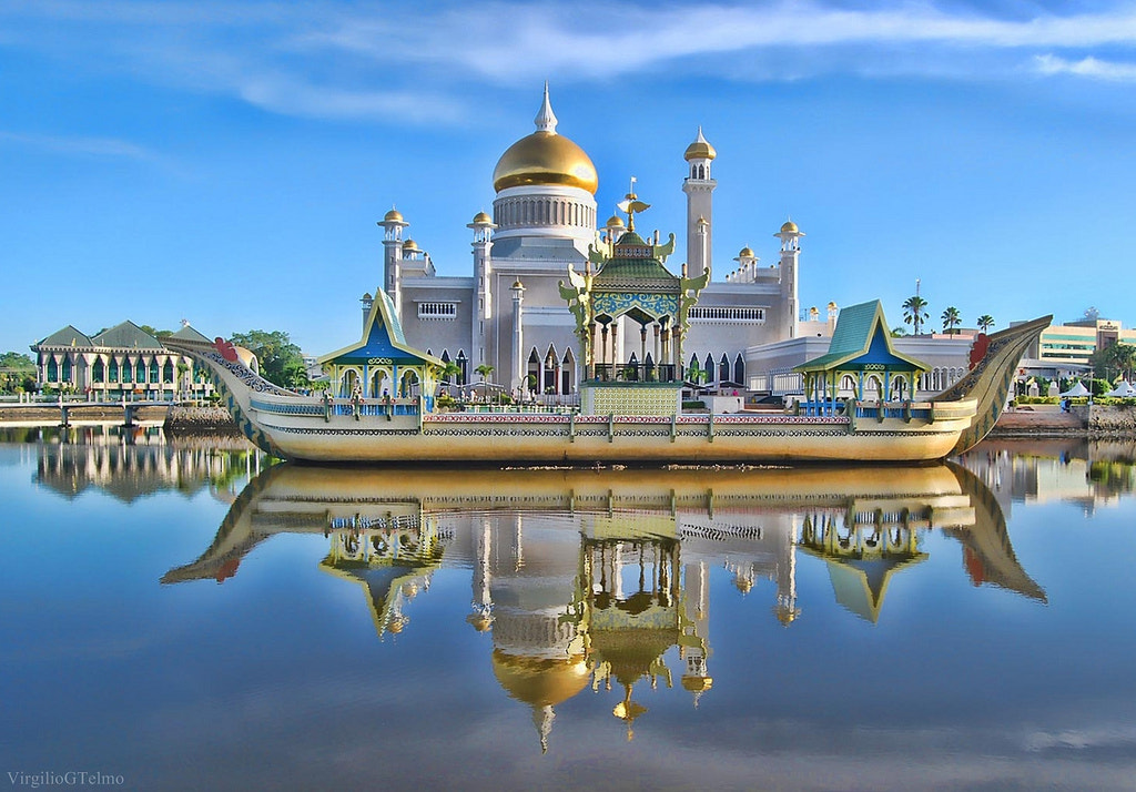 Photograph The Sultan Bolkiah mahligai barge by Vey Telmo on 500px