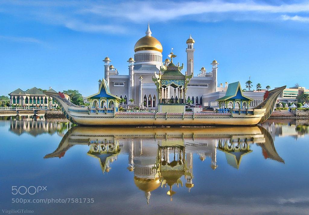 Photograph The Sultan Bolkiah mahligai barge by Vey Telmo on 500px