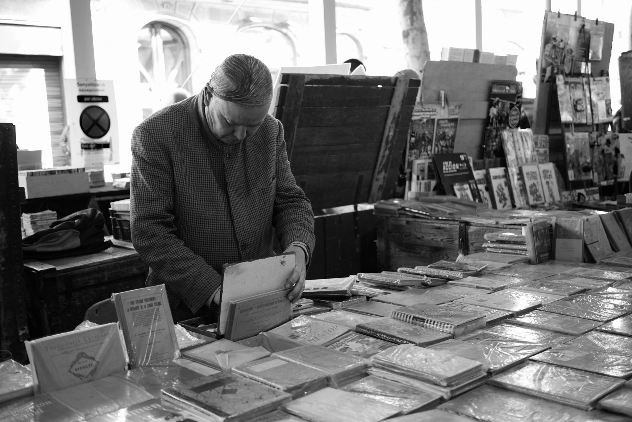 Photograph Bookseller at Sant Antoni by Eduardo Páramo on 500px
