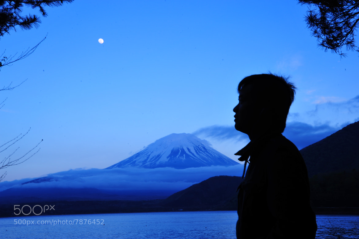 Photograph talking to the moon by Saru Kachim on 500px
