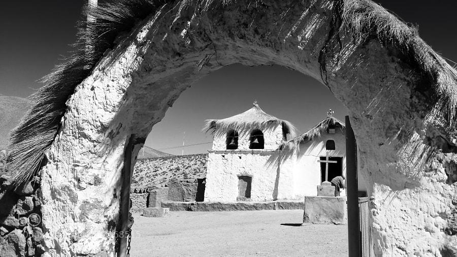 El Pueblo de Machuca  Esta ubicada a 80 km al norte de San Pedro de Atacama.  Es un pueblo que tiene cerca de 20 casas y una iglesia. Esta sobre los 4000 m.s.n.m y una recomendacion es no agitarse, cada casa tiene paneles solares, como medio de energia, es una gran oportunidad de saber como funciona esta energia tan esperada para la sociedad.  Tiene los cielos puros, y es una gran oportunidad para fotagrafiar en las noches estrelladas ya que existe un hospedaje rustico y a sabiendas que los habitantes esatn participando a la actividad turistica.