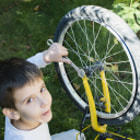 Постер, плакат: Kid who fix bikes