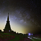 Постер, плакат: The milky way over Phra Maha Dhatu