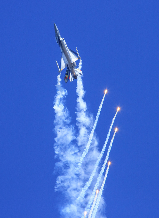 F16 Fires off Flares at Duxford