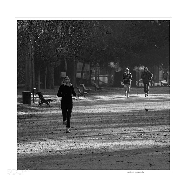 People running in the Jardin Public in Bordeaux on a cold winter morning