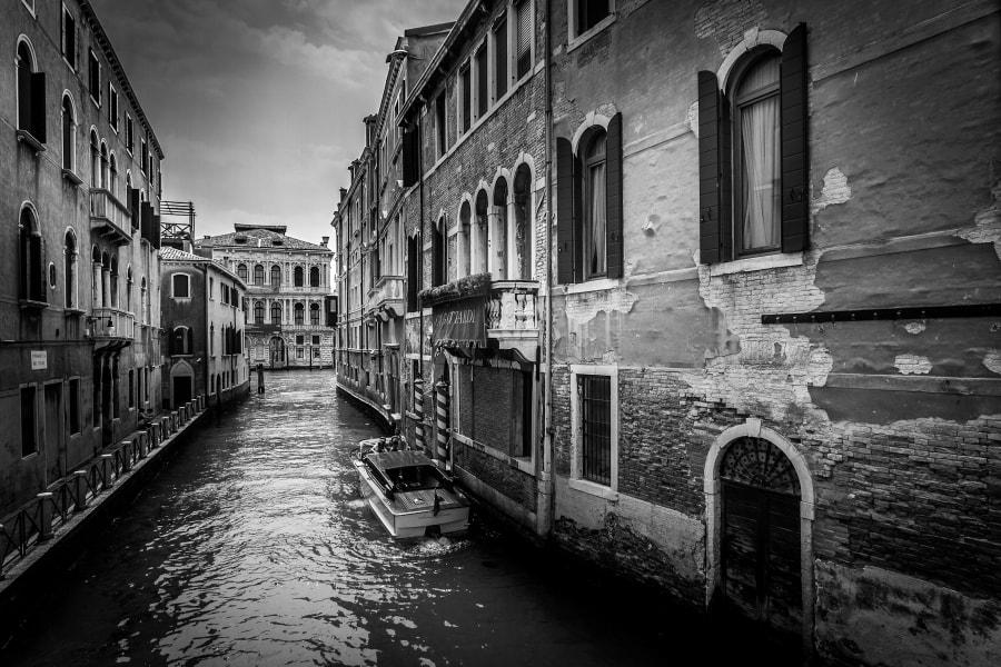 Venise's streets Black & White
