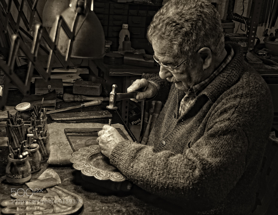 Photograph mi padre en el taller by Elvira Castellví on 500px