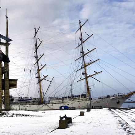 Dar Mlodziezy Sailing ship and sculpture