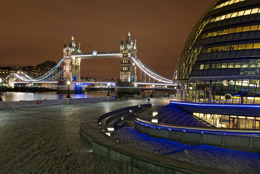 A night shot of a London icon.