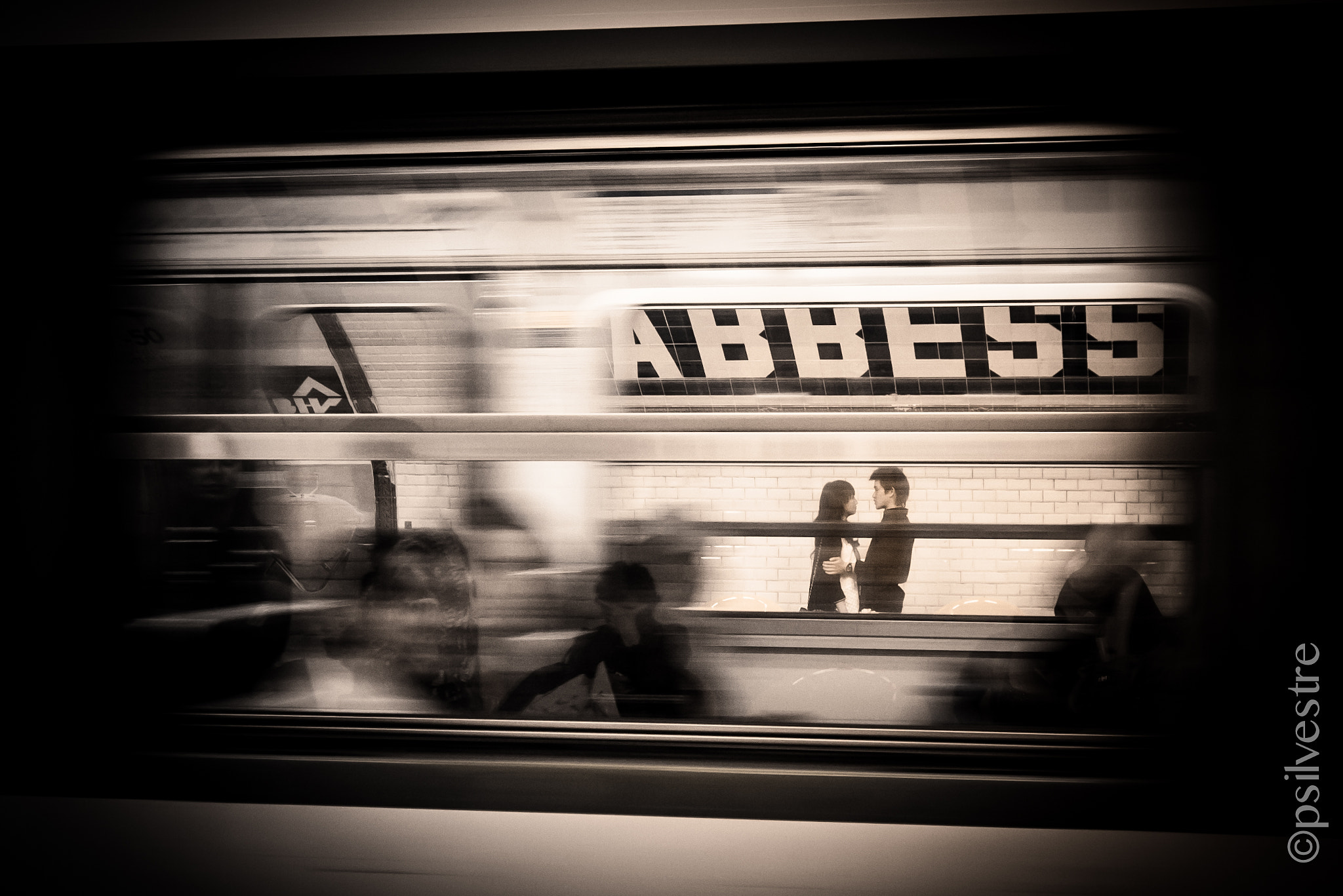 Photograph Escenas de amor y desamor en la estación de Abbesses by Pilar   Silvestre             *Moneypenny* on 500px
