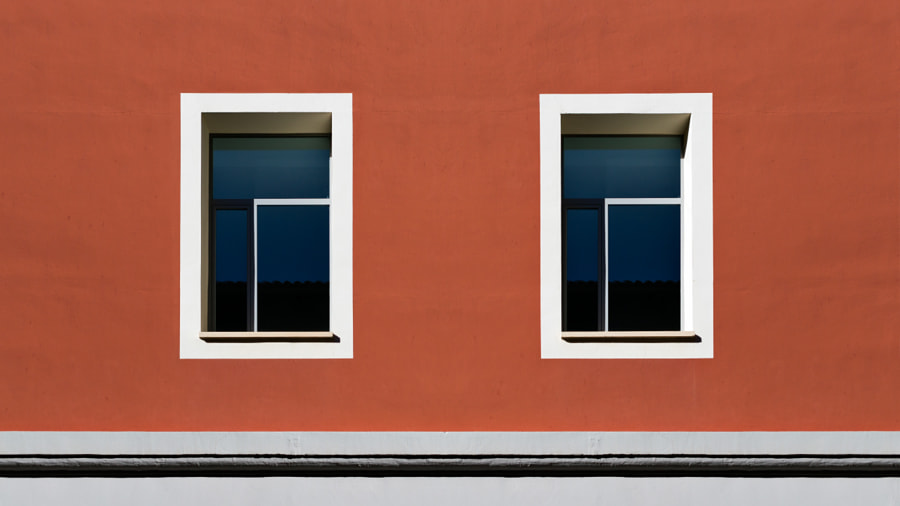 Smile - Windows in a red building de Iñaki MT en 500px.com