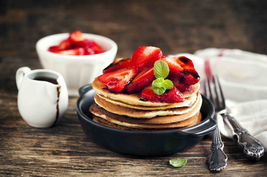 500px.comのAnjelika GretskaiaさんによるStack of pancakes with fresh strawberry and balsamic glase